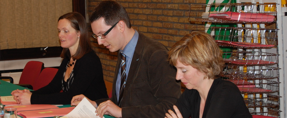 Veerle Goethals (gemeentesecretaris), Wim Vanbiervliet (voorzitter gemeenteraad) en Hilde Claeys (burgemeester)